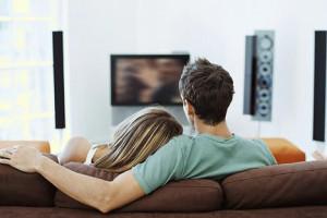 Возьмите в прокате парочку самых романтических фильмов и наслаждайтесь ими до зари в объятиях друг друга
