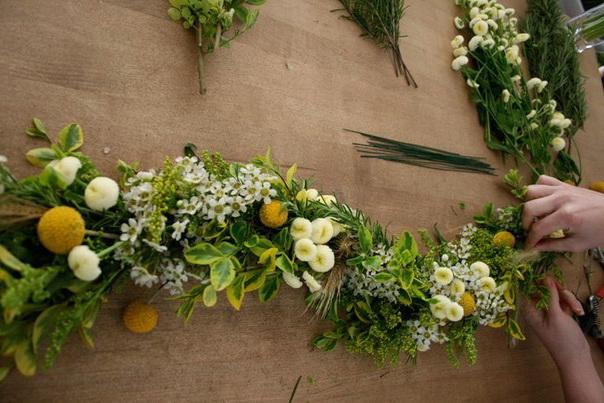 Объемные гирлянды из листьев делают на картонном или скрученном жгутом соломенном каркасе