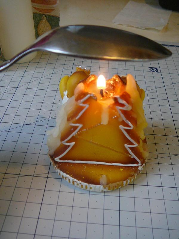 Нагрейте ложку над пламенем