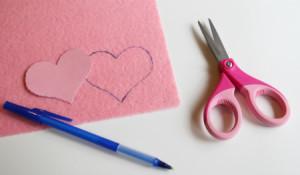 Вырежьте сердечки-шаблоны и обведите большее из них на листе жесткого фетра