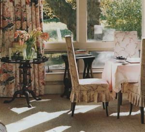 Используйте ситец везде: в оформлении стола, стульев