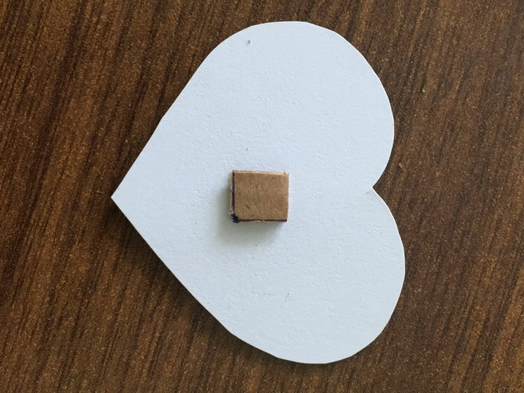 К среднему сердечку приклеиваем квадратик