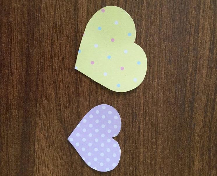 Вырезаем сердечко из желтой бумаги