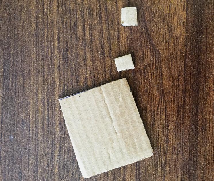 Из плотного картона вырезаем квадратики