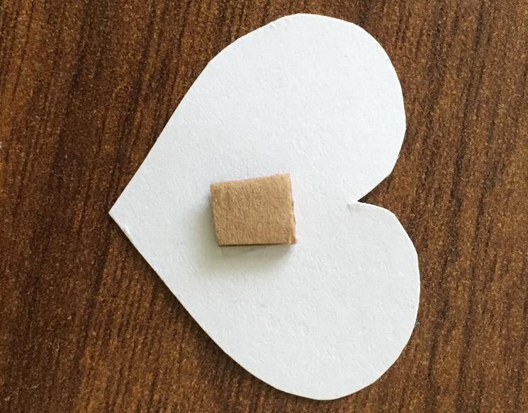Прикрепляем квадратик к самому маленькому сердечку