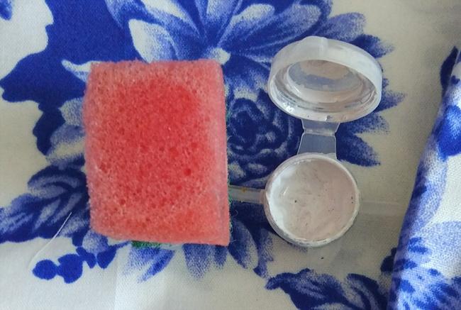 Краска и маленький кусочек обычной губки для мытья посуды. Рис. 3.